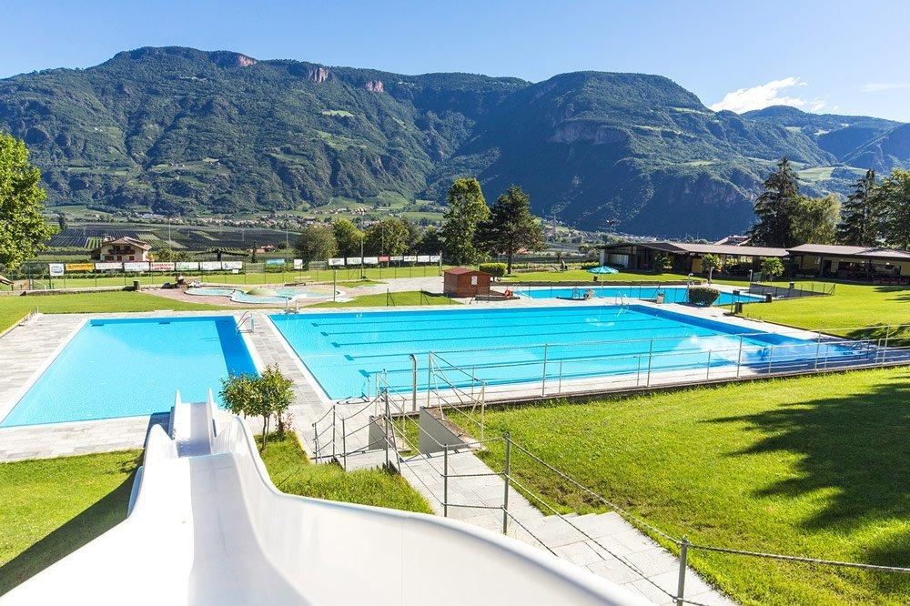 Kostenloser Eintritt im öffentlichen Schwimmbad Andrian